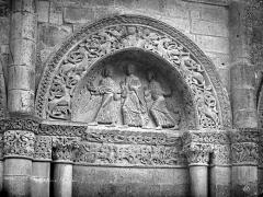 Cathédrale Saint-Pierre - Façade ouest : tympan de la première arcature à droite du portail
