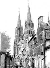 Cathédrale Notre-Dame - Ensemble ouest, prise d'une rue