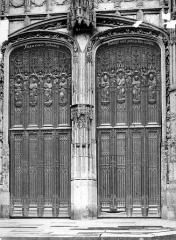 Cathédrale Saint-Pierre - Portail du transept nord : porte en bois sculpté