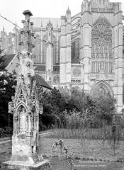 Cathédrale Saint-Pierre - Jardin de l'évêché : pinacle déposé