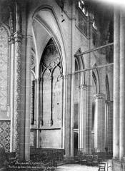 Cathédrale Saint-Pierre - Vue intérieure du déambulatoire : chapelles rayonnantes