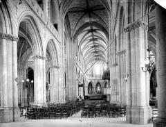 Cathédrale Saint-Jean-Baptiste - Vue intérieure de la nef, vers le choeur