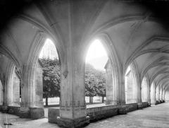 Ancienne abbaye de Brou - Cloître : vue intérieure des galeries