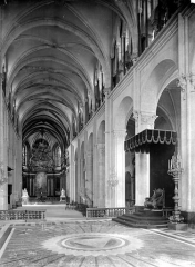 Cathédrale Saint-Jean et Saint-Etienne - Vue intérieure de la nef, vers l'entrée