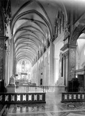 Cathédrale Saint-Jean et Saint-Etienne - Vue intérieure de la nef, vers le choeur