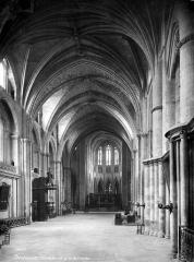 Cathédrale Saint-André - Vue intérieure de la nef, vers le choeur
