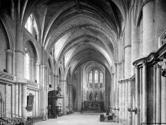 Cathédrale Saint-André - Vue intérieure de la nef, vers le nord-est