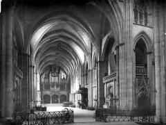 Cathédrale Saint-André - Vue intérieure de la nef, vers l'entrée