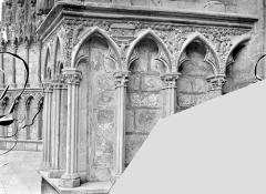 Cathédrale Saint-Etienne - Portail central de la façade ouest : soubassement de l'ébrasement gauche