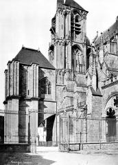 Cathédrale Saint-Etienne - Façade sud : Clocher et gros contrefort