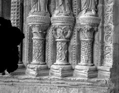Cathédrale Saint-Etienne - Portail de la façade sud : soubassement de l'ébrasement gauche