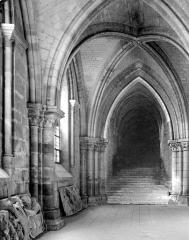 Cathédrale Saint-Etienne - Crypte : passage conduisant à la cathédrale côté sud