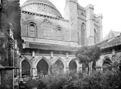 Cathédrale Saint-Etienne - Cloître : galerie et façade sud de l'église
