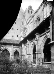 Cathédrale Saint-Etienne - Cloître : galerie vue en perspective