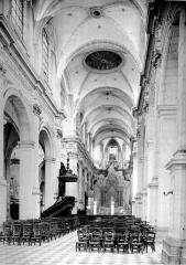 Cathédrale Notre-Dame de Grâce - Vue intérieure de la nef, vers le choeur