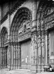 Cathédrale Notre-Dame - Portail de la façade ouest : porte centrale en perspective