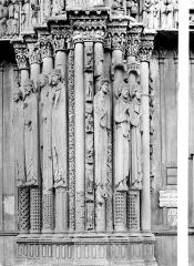 Cathédrale Notre-Dame - Portail de la façade ouest : statues-colonnes entre la porte centrale et la porte sud