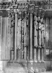 Cathédrale Notre-Dame - Portail de la façade ouest : statues-colonnes entre la porte centrale et la porte nord