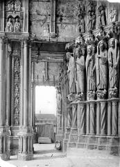 Cathédrale Notre-Dame - Portail central de la façade sud : statues-colonnes du piédroit gauche (vue vers l'ouest)