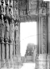 Cathédrale Notre-Dame - Portail gauche de la façade sud : statues-colonnes du piédroit droit (vue vers l'est)
