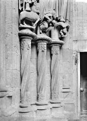 Cathédrale Notre-Dame - Portail gauche de la façade nord : soubassement du piédroit gauche