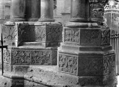 Cathédrale Notre-Dame - Portail gauche de la façade nord : bases de colonnes
