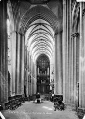 Cathédrale Notre-Dame - Vue intérieure de la nef, vers l'entrée