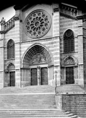 Cathédrale Saint-Jérôme - Façade ouest : portail et rosace ; ferronnerie moderne (1853)