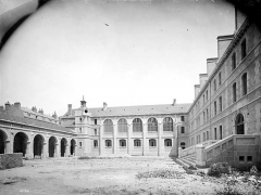 Cathédrale Saint-Bénigne - Séminaire : Cour intérieure