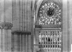 Cathédrale Notre-Dame - Vue intérieure du transept nord : baies hautes et rosace