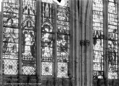 Cathédrale Notre-Dame - Vitrail du choeur : Saint Pierre en pape. Donateur. La Vierge à l'Enfant. Charles le mauvais. Saints personnages