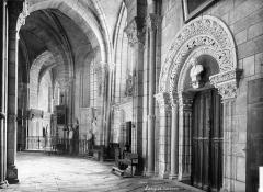 Cathédrale Saint-Mammes - Vue intérieure du déambulatoire, côté sud : Porte de la salle du Chapître