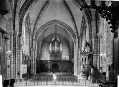 Cathédrale de la Trinité - Vue intérieure de la nef, vers l'entrée