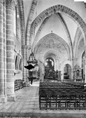 Cathédrale de la Trinité - Vue intérieure de la nef, vers le choeur