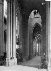 Cathédrale Saint-Etienne - Vue intérieure du bas-côté sud, vers l'est