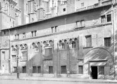 Cathédrale Saint-Jean - Manécanterie : Vue d'ensemble de la façade