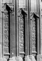 Cathédrale Saint-Jean - Portail de la façade ouest : petits bas-relienfs entre les colonnes des ébrasements
