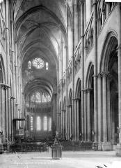 Cathédrale Saint-Jean - Vue intérieure de la nef, vers le choeur