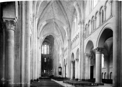Cathédrale Saint-Julien - Vue intérieure de la nef, vers le choeur