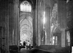 Cathédrale Saint-Julien - Vue intérieure de la nef, vers l'entrée