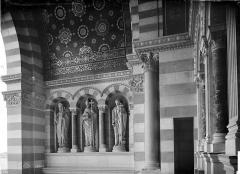 Cathédrale Sainte-Marie-Majeure, dite Nouvelle Major - Porche de la façade sud : mur intérieure gauche