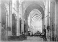 Cathédrale Saint-Pierre - Nef, intérieur, vue de l'entrée