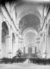 Cathédrale - Nef, vue de l'entrée