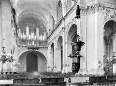 Cathédrale - Vue intérieure de la nef, vers l'entrée