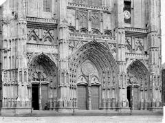 Cathédrale Saint-Pierre Saint-Paul - Façade ouest : partie inférieure et portails, de face