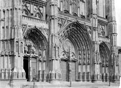 Cathédrale Saint-Pierre Saint-Paul - Façade ouest : partie inférieure et portails, en perspective