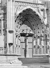 Cathédrale Saint-Pierre Saint-Paul - Portail de la façade sud