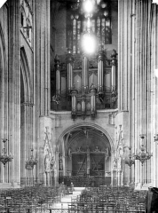 Cathédrale Saint-Pierre Saint-Paul - Vue intérieure de la nef, vers l'entrée