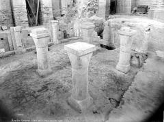 Cathédrale Saint-Pierre Saint-Paul - Crypte en cours de fouilles : colonnes centrales