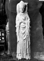 Cathédrale Saint-Pierre Saint-Paul - Crypte en cours de fouilles : statue d'un évêque